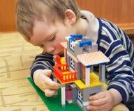 De kleine schepper bouwt een huis Royalty-vrije Stock Fotografie