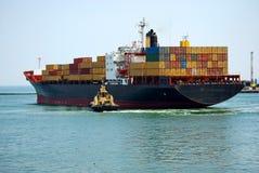 De kleine sleepboot dichtbij het grote schip royalty-vrije stock fotografie