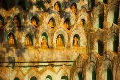 De kleine standbeelden van Boedha Pagode Amarapura, Myanmar birma Stock Afbeelding