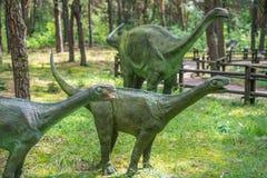 De kleine standbeelden van diplodocusdinosaurussen Royalty-vrije Stock Afbeeldingen