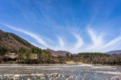 De kleine stroom die de kant doorneemt van shirakawa-gaat stock afbeelding