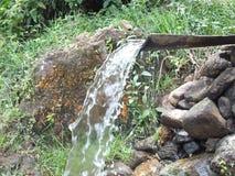 De kleine stroom die door mensen in het dorp wordt gemaakt stock foto's