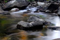 De kleine stroomversnelling in Rivier Merced in Californië met kleurrijk denkt na Stock Foto