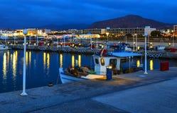 De kleine traditionele haven met schepen en boten op de pijler bij zonsondergang, Kreta, Griekenland stock fotografie