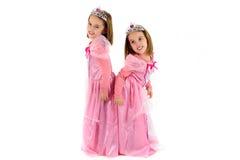 De kleine Tweelingmeisjes zijn gekleed als prinses in roze Stock Afbeelding