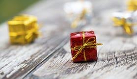 De kleine vakjes van de Kerstmisgift op een houten lijst stock afbeelding