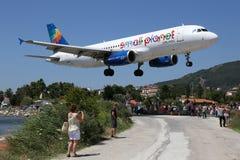 De kleine van het de Luchtbusa320 vliegtuig van Planeetluchtvaartlijnen luchthaven van Skiathos Stock Foto