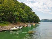 De kleine varende jachten van kustnavigatie worden vastgelegd bij de pijler in een schilderachtige haven Prestigieuze en gezonde  stock fotografie
