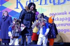 De kleine vermomde scène van kinderen feestelijke Carnaval Stock Afbeeldingen