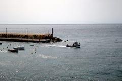 De kleine Vissersboot weegt onder Royalty-vrije Stock Fotografie