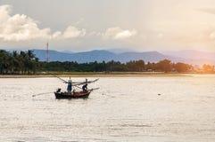 De kleine vissersboten maakten binnen van hout op het strand, vissersboten royalty-vrije stock foto