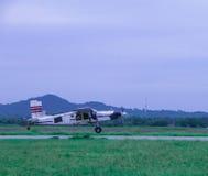 De kleine vliegtuigen vliegen in de hemel stock fotografie