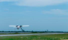 De kleine vliegtuigen vliegen in de hemel royalty-vrije stock fotografie