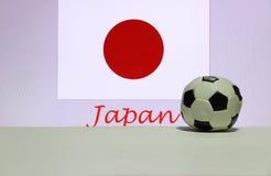 De kleine voetbal op de witte vloer en de Japanse natie markeren met de tekst van de achtergrond van Japan stock afbeeldingen