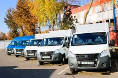 De kleine vrachtwagens, bestelwagens, koeriersminibussen bevinden zich op een rij klaar voor levering Incoterms 2010 Wit-Rusland, royalty-vrije stock afbeelding