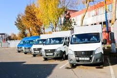 De kleine vrachtwagens, bestelwagens, koeriersminibussen bevinden zich op een rij klaar voor levering van goederen onder de voorw royalty-vrije stock foto
