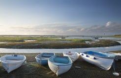 De kleine vrije tijdsboten legden at low tide in jachthaven vast bij de Zomer sunse stock foto