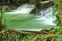 De kleine waterval en de rotsen, Krabi, Thailand. Royalty-vrije Stock Afbeeldingen