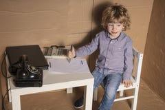 De kleine zakenman ondertekent een blind contract stock afbeelding