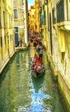 De kleine Zij Rode Gondels Venetië Italië van de Kanaalbrug Stock Afbeeldingen