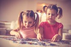 De kleine zusters hebben het spelen met raadsels Stock Fotografie