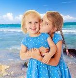 De kleine zusters kussen stock afbeeldingen