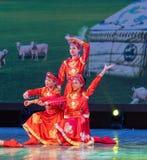 De kleine zusters in weide-Chinese klassieke dans Stock Afbeeldingen