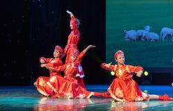 De kleine zusters in weide-Chinese klassieke dans Royalty-vrije Stock Fotografie