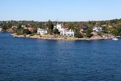 De kleine Zweedse nederzettingen zijn op kustlijn van de archipel van Stockholm in Oostzee, Zweden, Scandinavië royalty-vrije stock afbeelding