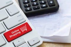 de kleinhandels online knoop van het boodschappenwagentjepictogram op een toetsenbord royalty-vrije stock afbeeldingen