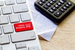 de kleinhandels online knoop van het boodschappenwagentjepictogram op een toetsenbord stock afbeeldingen