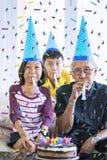 De kleinkinderen vieren grootvaderverjaardag royalty-vrije stock fotografie