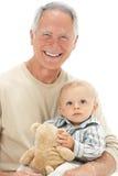 De Kleinzoon van de Holding van de grootvader met Teddybeer Stock Foto's
