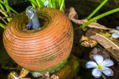 De kleipot maakt aan de fontein royalty-vrije stock foto