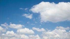 De klem van de tijdtijdspanne van witte pluizige wolken over blauwe hemel stock videobeelden