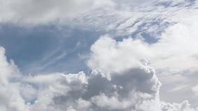 De klem van de tijdtijdspanne van witte pluizige wolken over blauwe hemel stock video