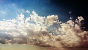 De klem van de tijdtijdspanne van witte pluizige wolken over hemel stock videobeelden