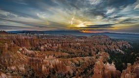 de klem van de de filmfilm van 4k Timelapse van Bryce Canyon-zonsopgangzonsondergang met wolken en roze hemel tijdens schemering  stock videobeelden