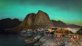 de klem van de de filmfilm van 4k Timelapse van Noordelijke Lichten Aurora Borealis met klassieke mening van het visserss dorp va stock footage