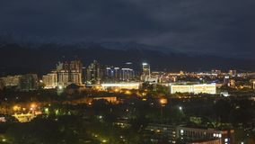 de klem van de de filmfilm van 4k Timelapse van de Zonsopgang van de de Stadszonsondergang van Alma Ata op een achtergrond van sn stock video
