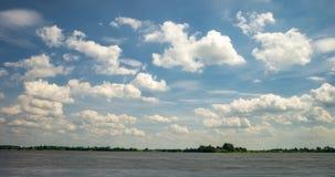 De klem van de tijdtijdspanne van verscheidene pluizige krullende het rollen wolkenlagen in winderig weer op meer stock video