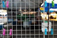 De klemmen hangen op draden bij markt in de ochtend Stock Fotografie