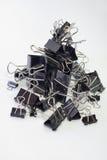 De klemmen van het metaalbindmiddel voor document Zwarten, verschillende grootte verticaal stock fotografie