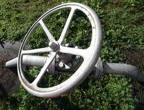 de klep van de ijzerpoort aan dicht of opent de levering van gas Stock Fotografie