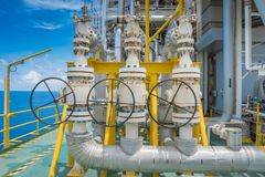 De klep van de drukveiligheid installeert bij lossing van de compressor van het voergas bij zeeolie en gas centraal verwerkingspl royalty-vrije stock foto