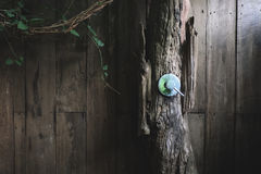 De klep van het metaalwater in openlucht houten badkamers Royalty-vrije Stock Foto