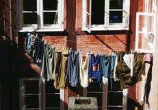 De kleren drogen buiten Stock Afbeeldingen
