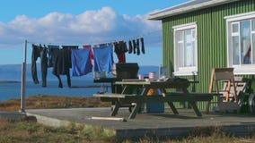 De kleren drogen op een kabel in de straat Andreev stock videobeelden