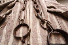 De kleren en de kettingen van de gevangene Royalty-vrije Stock Foto