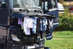 De kleren hangen om onder open bonnet te drogen royalty-vrije stock foto